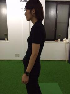 不良姿勢の女性の写真