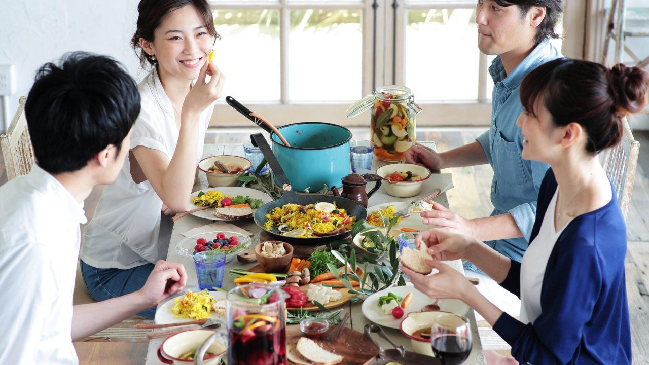 食事風景 女性 男性