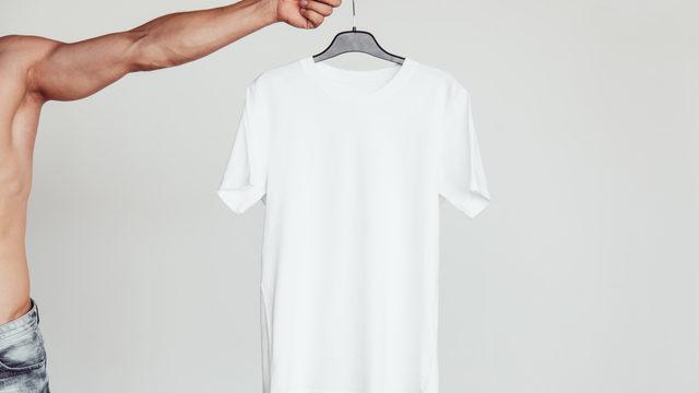 ハンガーにかかった白いTシャツ