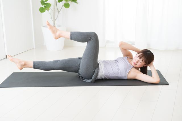 トレーニングする女性 腹筋