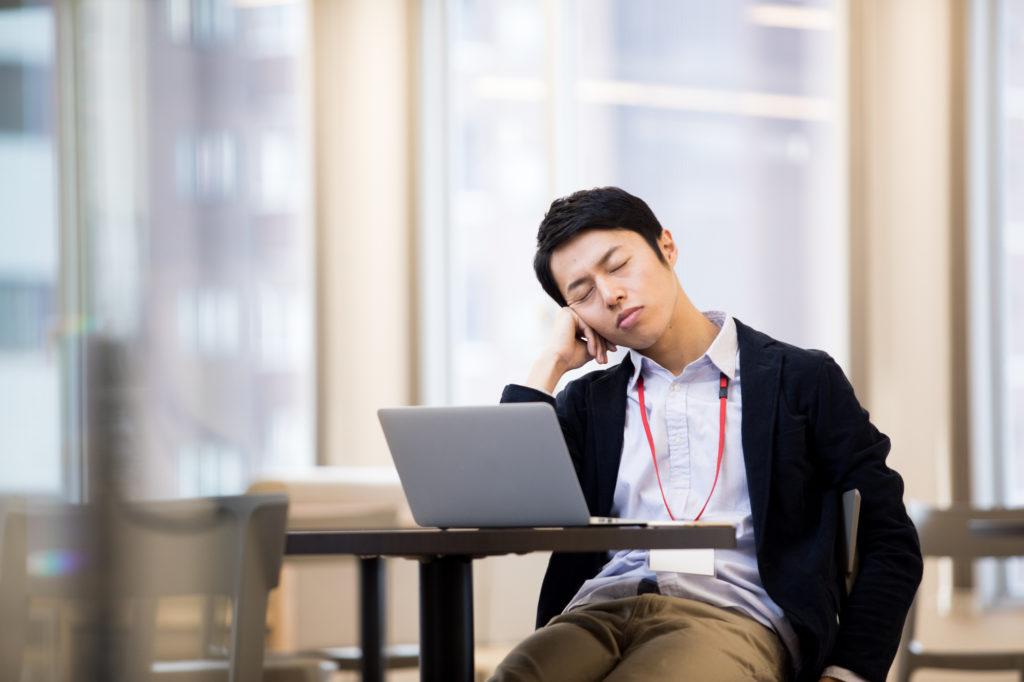 仕事中に眠ってしまう男性